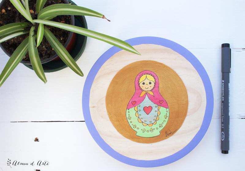 Matrioskas pintadas sobre tabla de madera