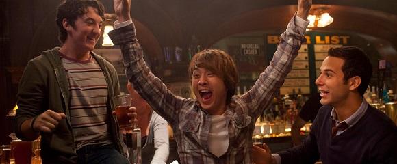 Miles Teller, Justin Chon e Skylar Astin em FINALMENTE 18 (21 & Over)