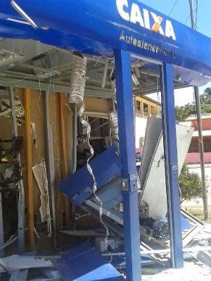 Quadrilha explode caixas eletrônicos em Conde, na Bahia (Foto: Site Alta Pressão Online)