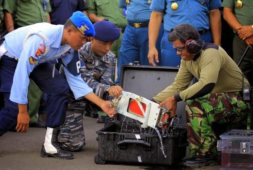 Gambar Kotak Hitam Pesawat AirAsia Indonesia QZ8501