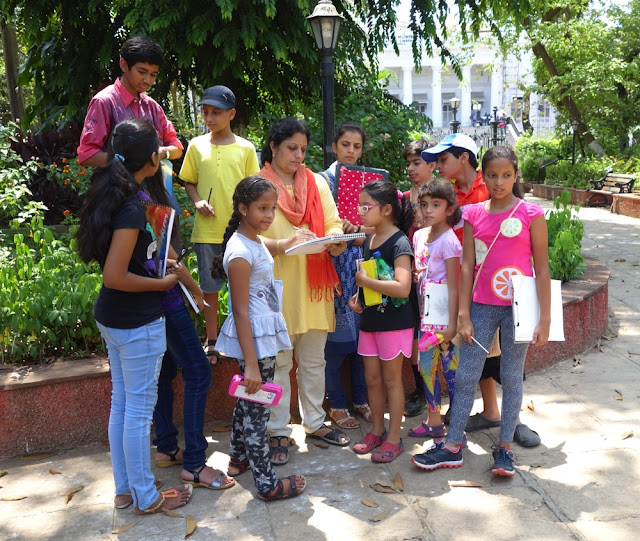 Artist Chitra Vaidya demonstrates rapid sketching to the participants of Outdoor Sketching Workshop organised by Art India Foundation