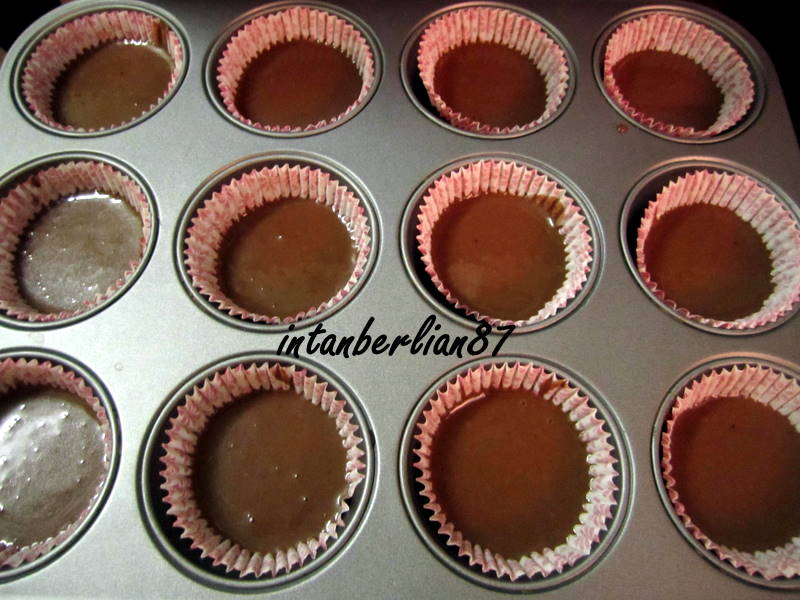 Resepi Black bottom cupcake with cream cheese filling ...
