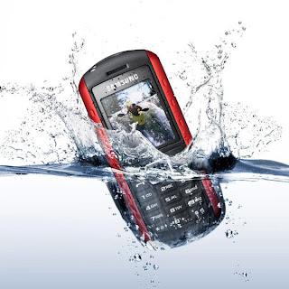 como secar un celular que cae al agua