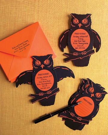 Si organizas una fiesta de Halloween, que mejor que crear tus propias tarjetas de invitación. Puedes optar por hacer un fantasma o un monstruo en vez de una
