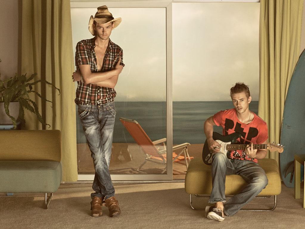 http://3.bp.blogspot.com/-EmVFQ-oHzCM/TfvBQC11rJI/AAAAAAAADmM/H8b9BNW6C8o/s1600/pepe-jeans-london-campaign-campaign_adults_07.jpg
