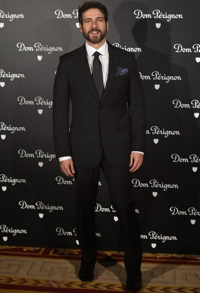 el actor de traje negro en la fiesta de Dom Perignon