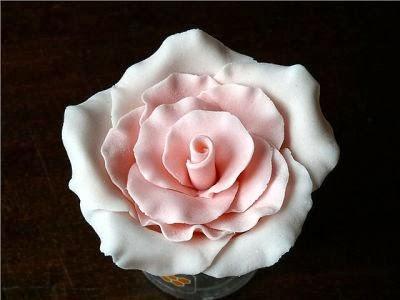 Украшаем торт розами из сладкой мастики