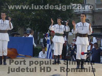 Trupa de dans imbracati in costume populare traditionale din zona Simeriei, judet Hunedoara Romania