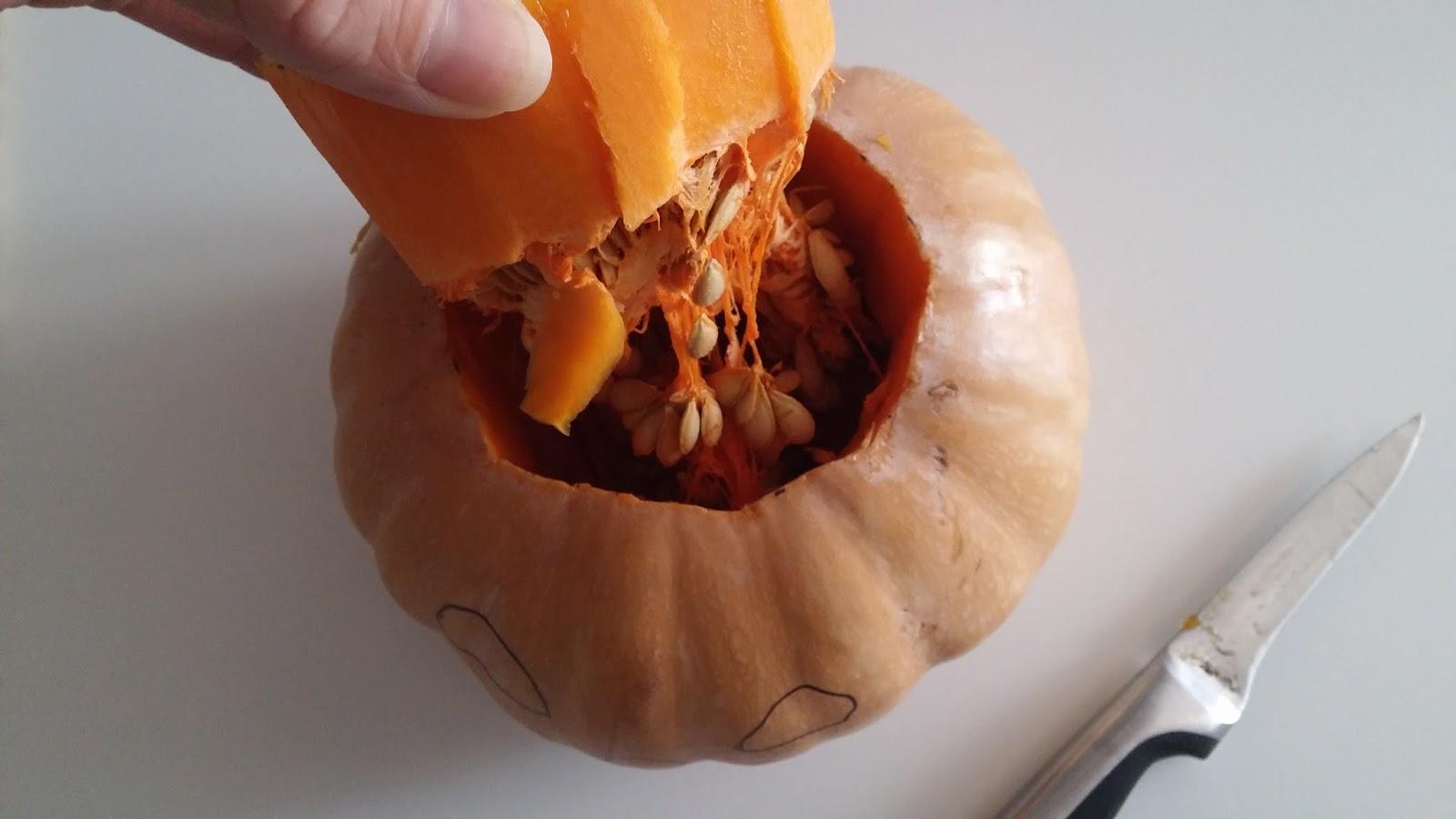 Comment creuser une citrouille d 39 halloween jack o 39 lantern comment r cup rer les graines et que - Comment vider une citrouille ...
