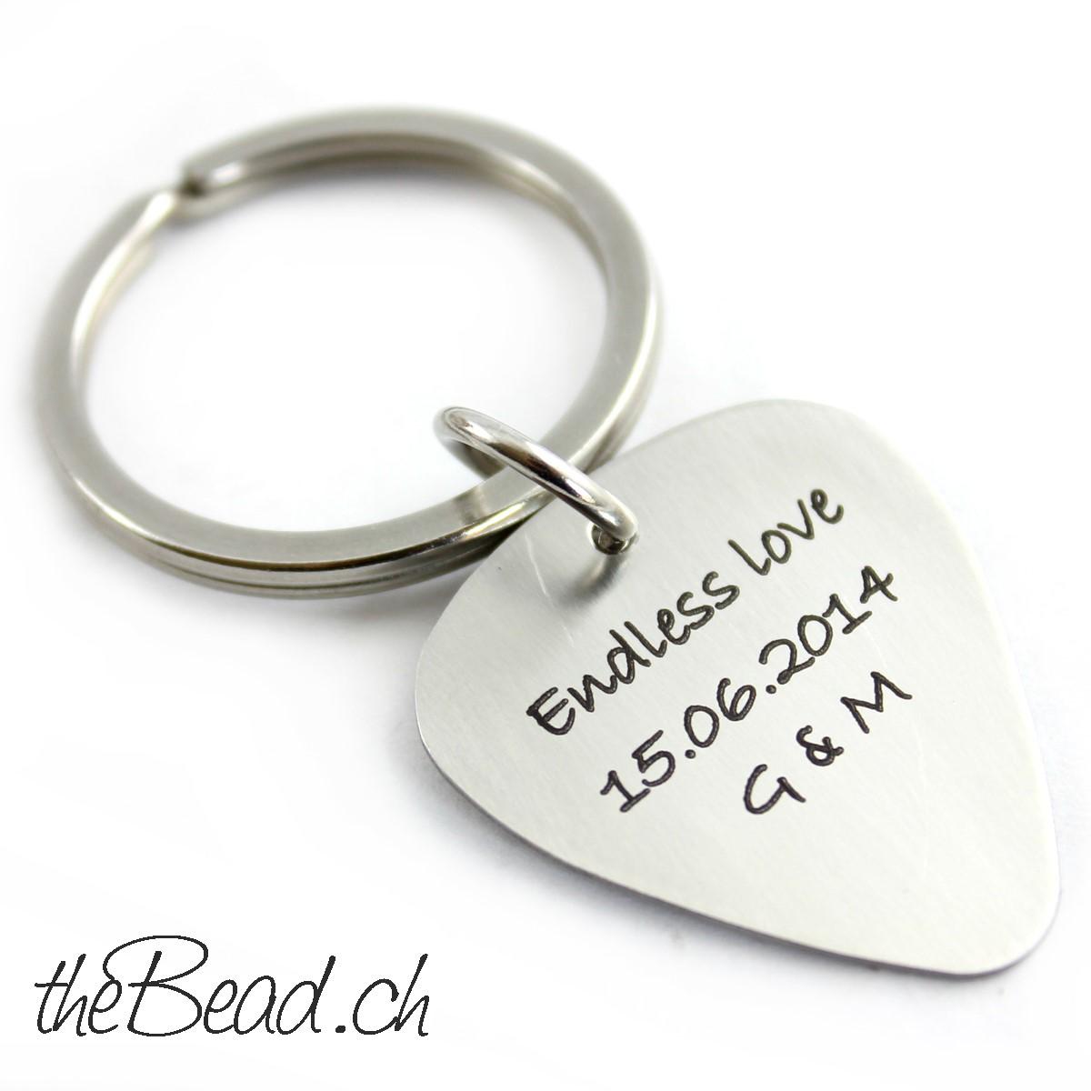 Schlüsselanhänger mit Plektrum aus Edelstahl und Wunsch Gravur graviert vom Gravur Shop theBead