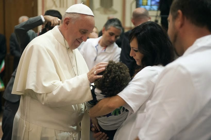 papa francisco y una familia