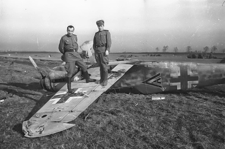Советские солдаты на подбитом немецком самолете