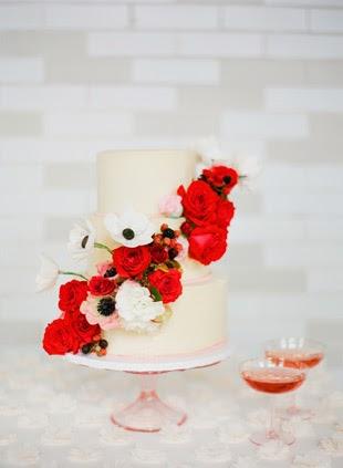 tarta nupcial con detalles en rojo