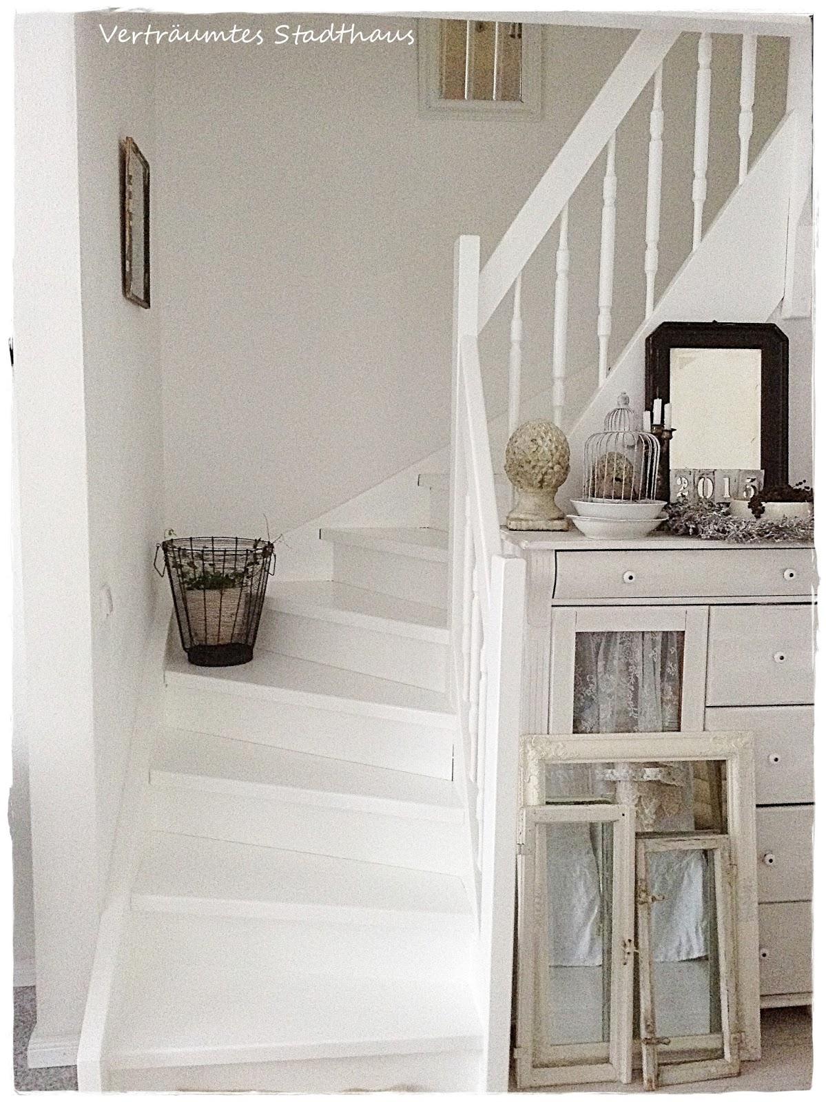 vertraeumtes stadthaus eine treppe in wei. Black Bedroom Furniture Sets. Home Design Ideas