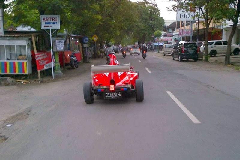 Mobil F1 Ala Hi-Jet masih dikejar oleh mas satria_2212, pake apa ya ngejarnya?