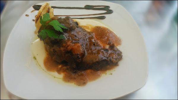 Carrillada ibérica con puré de patata y crujiente de queso en Casa Manolo Moratalaz