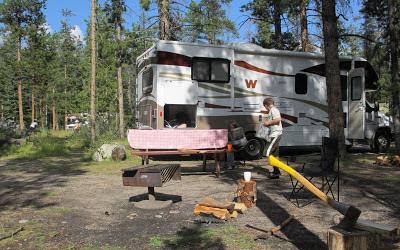 Motorhome fra GoWest på campingplads i Jasper National Park, Canada.