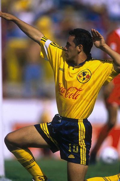 Cuauhtémoc Blanco haciendo la temoseñal en el torneo Verano 2000 del futbol mexicano con el Club América de México | Ximinia