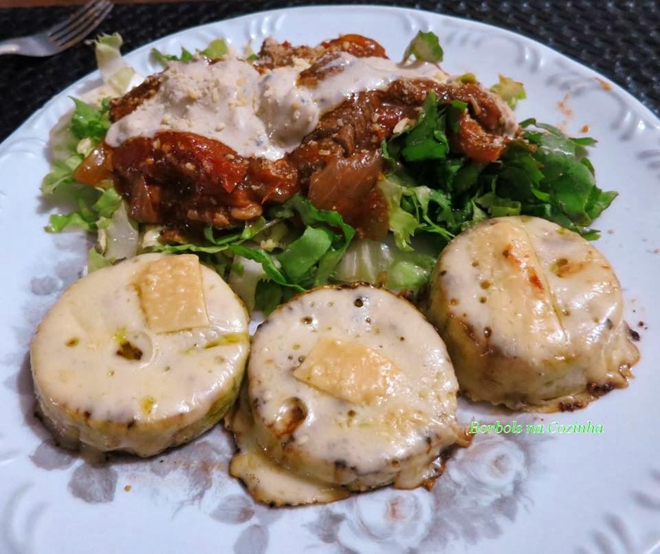 Carne com molho vermelho e de gorgonzola, abobrinhas grelhadas com queijo, low carb high fat