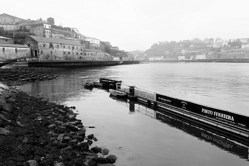 Paisagem no rio Douro entre as cidades de Gaia e Porto, sendo a foto tirada no Cais de Gaia com o Porto em fundo. Em primeiro plano, a margem de Gaia, à esquerda e logo a seguir um cais de embarque flutuante