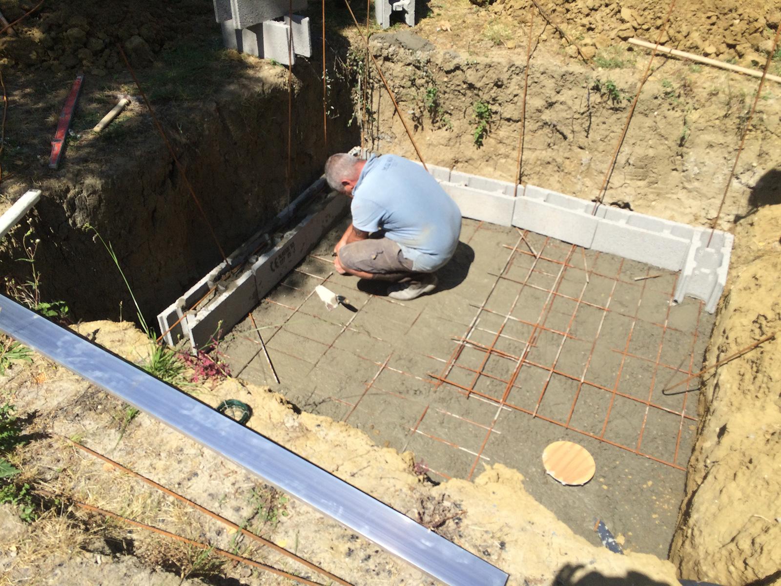d but de la construction piscine b ton construction d 39 une petite piscine en b ton quip e spa. Black Bedroom Furniture Sets. Home Design Ideas