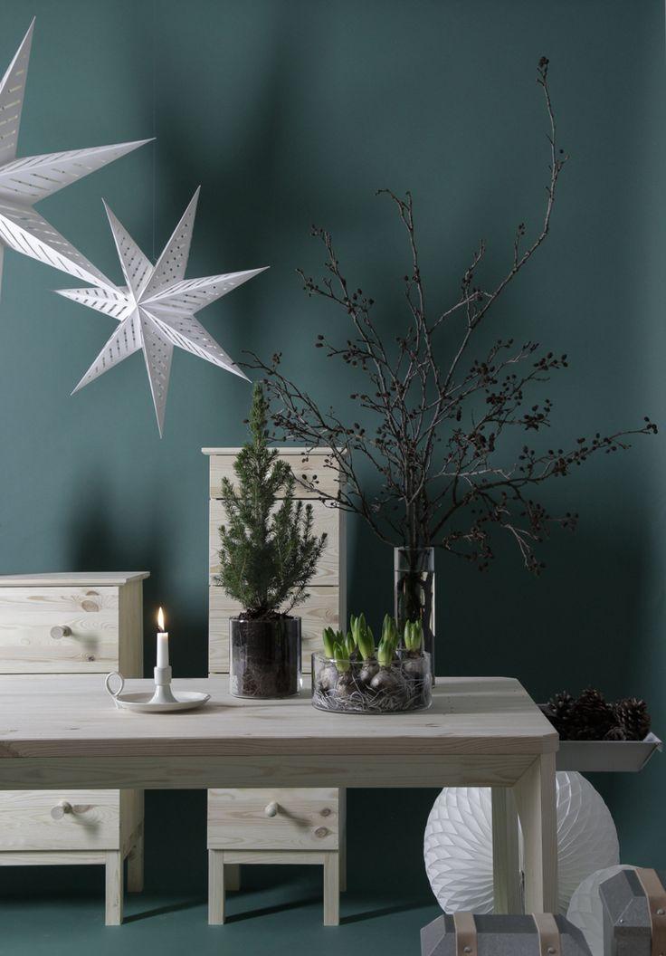 julepyntning hos IKEA med farvede vægge og masser af natur
