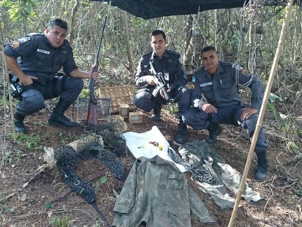 POliciais encontraram base de caça na Serra da Tiririca, RJ (Foto: Divgulgação/Disque-Denúncia)