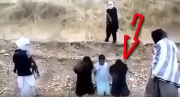 Σκηνή βγαλμένη από ταινία δράσης: Ταλιμπάν τoν πάνε για εκτέλεση κι εκείνος αρπάζει το όπλο και τους σκοτώνει (βίντεο)