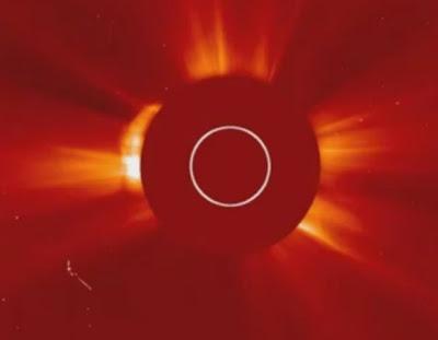 foto nasa de un gran ovni en el sol con brazo metalico 24 abril 2012