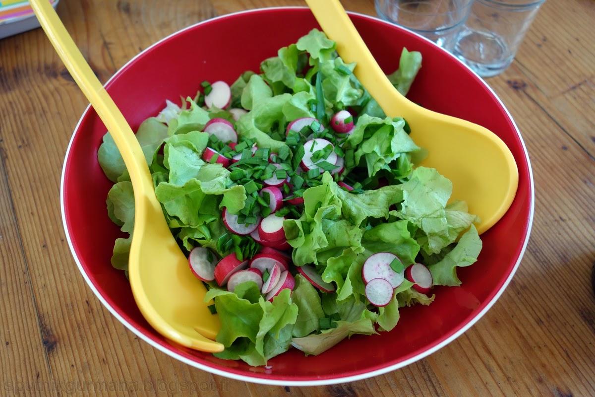 Зелёный салат с редиской