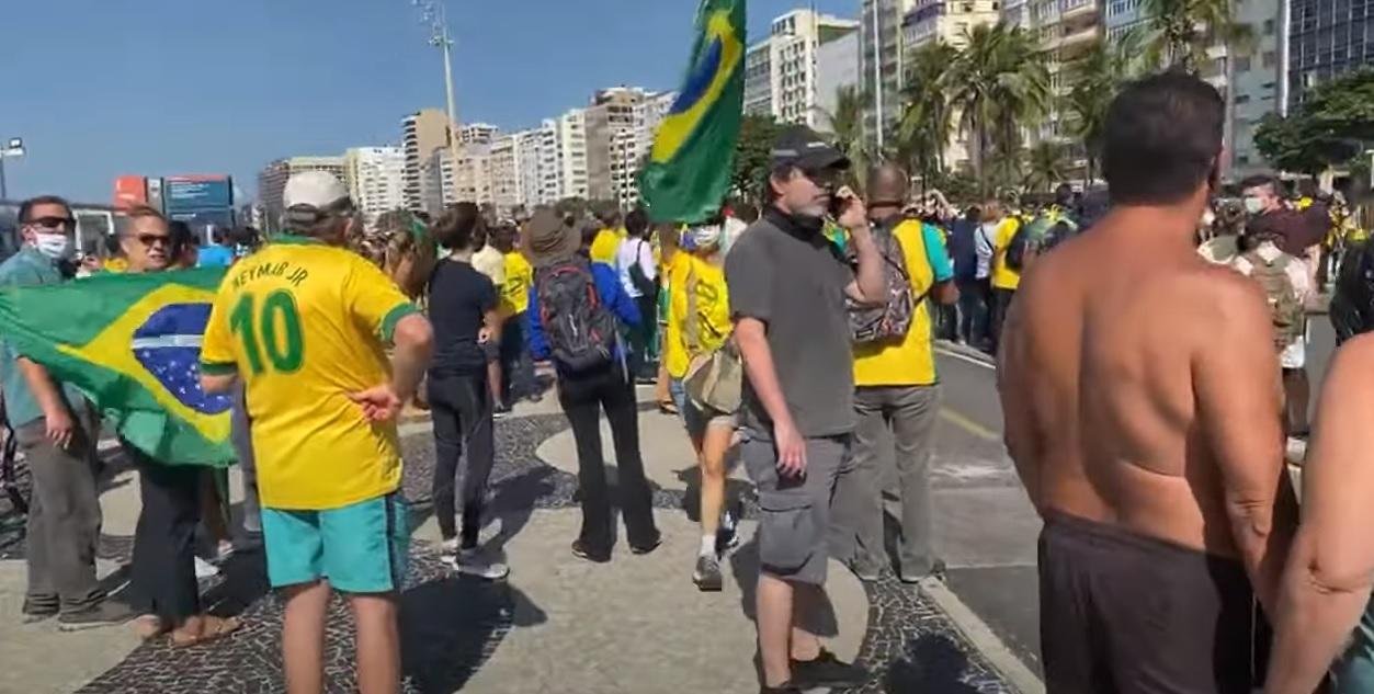 No Rio de Janeiro, na Atlântica, hoje, domingo, 31 de maio de 2020: a diferença está nas bandeiras