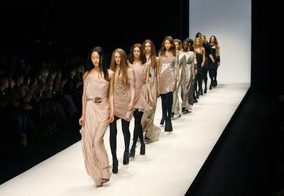 gambar model berjalan di catwalk