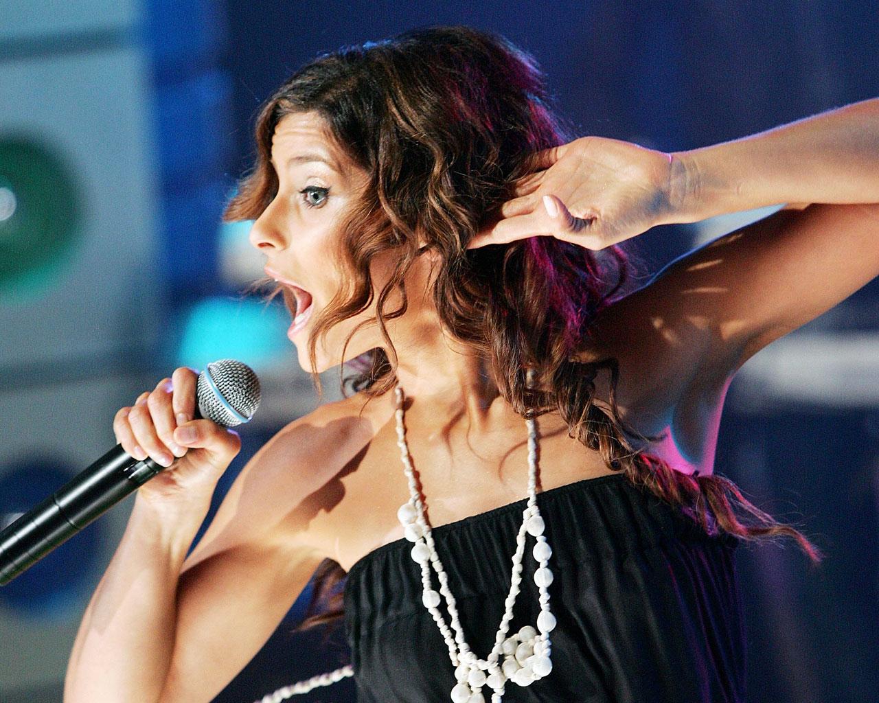 http://3.bp.blogspot.com/-Et5xIKvN8us/Th3gk9iaXyI/AAAAAAAAB6E/U_uMZPG498s/s1600/nellyfurtado-singing-wallpaper.jpg
