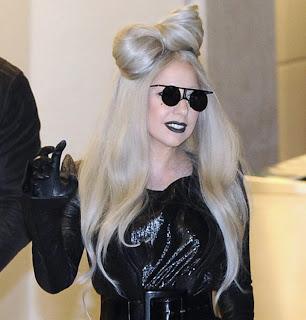 Casi tres cuartos de los 28 millones 845 seguidores que tiene Lady Gaga son falsos, de acuerdo con una empresa estadounidense de medios sociales, publicó The Guardian. La compañía Status People, el 71 por ciento de las personas que siguen a Gaga son cuentas falsas, inactivas o manejadas por computadoras que se dedican a mandar spam (correo chatarra) a otros usuarios. Algunos reportes indican que últimamente se han dado casos de artistas o empresas que compran seguidores para levantar su popularidad en Twitter a través de sitios en Internet. Por lo pronto no hay evidencia que Lady Gaga haya comprado