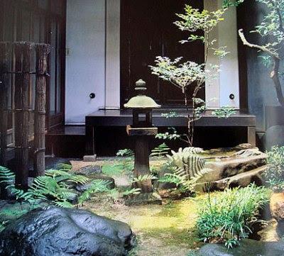foto patio pequeño zen japones con linterna de piedra