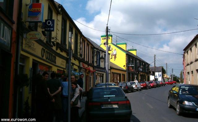 Una calle llena de pubs irlandeses en Foynes