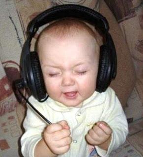 Foto gambar bayi lucu mendengarkan musik 13