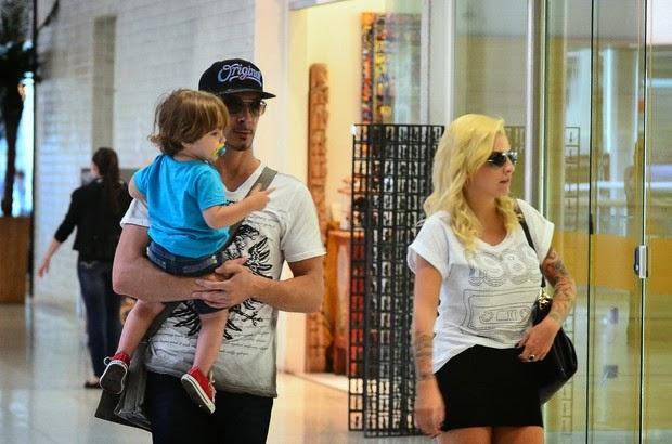 Ex-BBB Clara embarca em aeroporto com o marido e o filho, Max