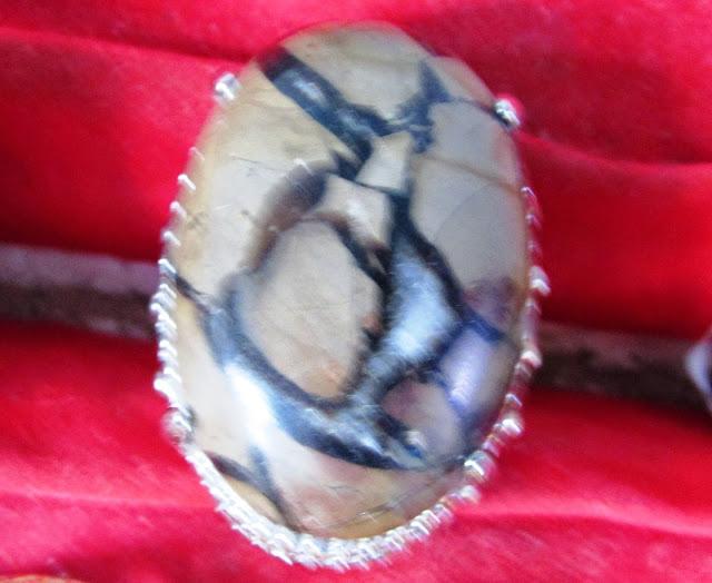 batu sisik naga bercorak emas