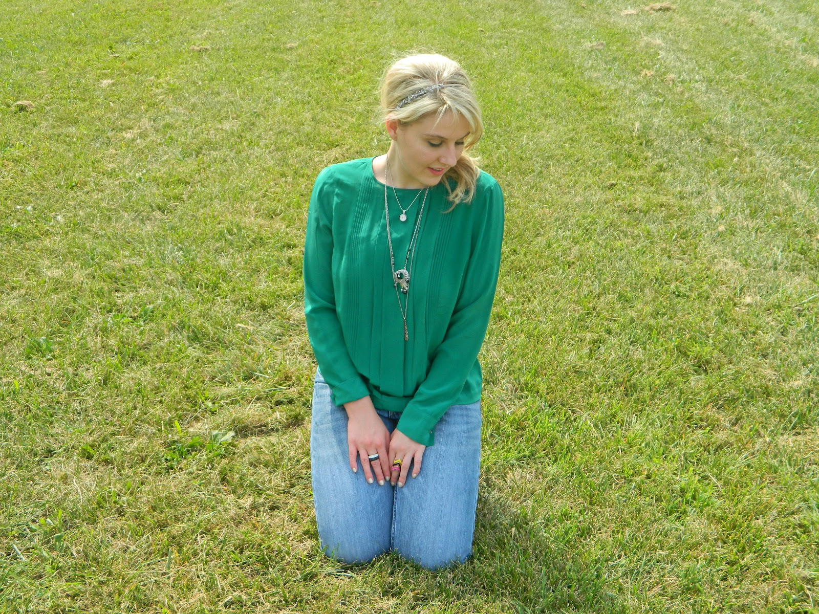 caravan of style: emerald green top and boyfriend jeans