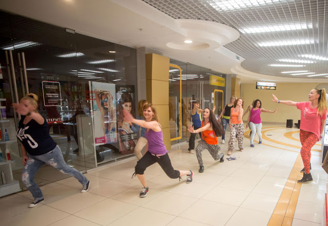 Zumba® – настоящий образ жизни, где соединяются фитнес, развлечения и культура. Мария Павлова и её команда. Фото: Антон Бузин.