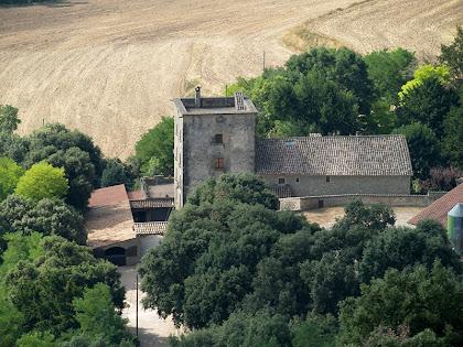 La masia El Pou vista des de les cingleres