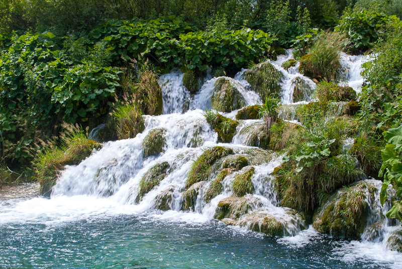 image of  mini waterfall and rushing waters at the Plitvice Lakes National Park