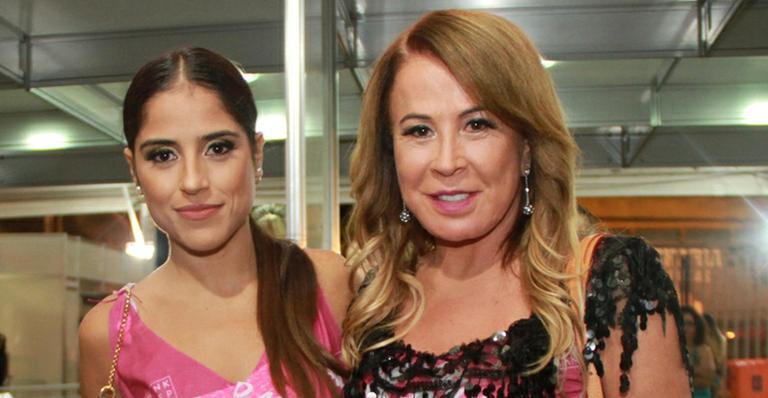 """Zilu Camargo choca a filha com vestido curtinho: """"Acabando com as pobres mortais"""""""