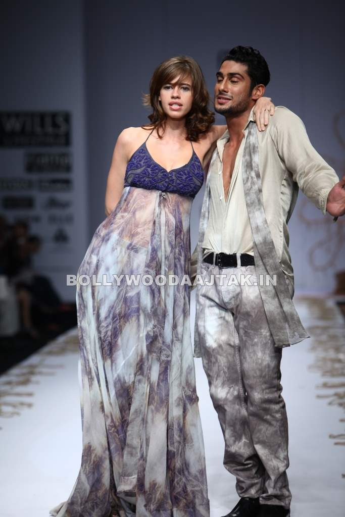 Kalki Koechlin1 - Kalki Koechlin Walks For Rina Dhaka at Wills Fashion Week
