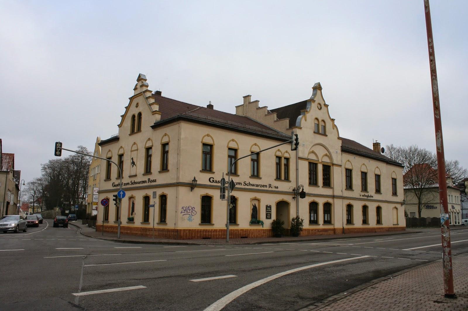 """Der im Stadtteil Liebertwolkwitz gelegene Gasthof """"Zum Schwarzen Ross"""" wurde um 1835 erbaut und erwartet seine Gäste noch heute mit leckeren Speisen"""