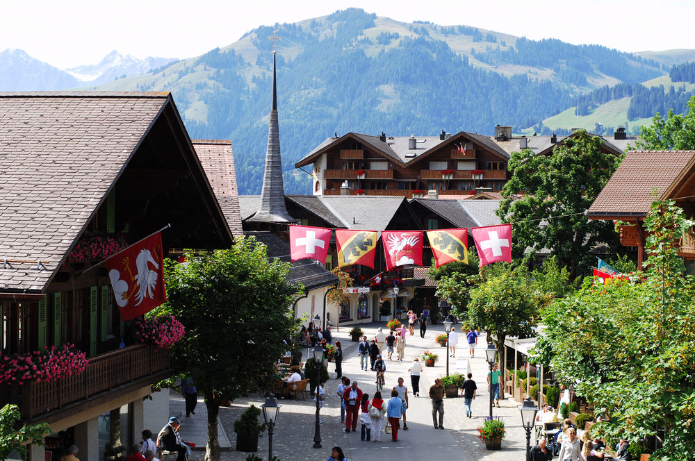 Stroll along the incomparable Gstaad Promenade. Photo: Gstaad Saanenland Tourismus.