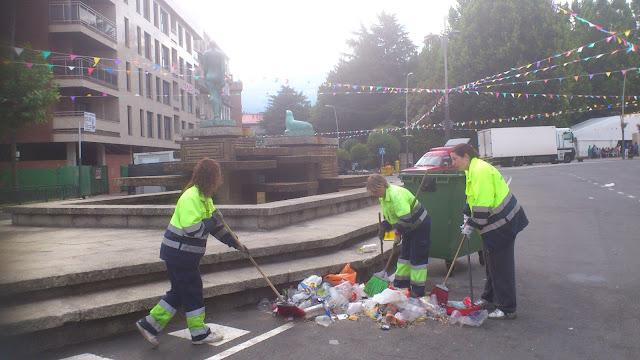 trabajadoras del servicio de limpieza retirando basura del centro