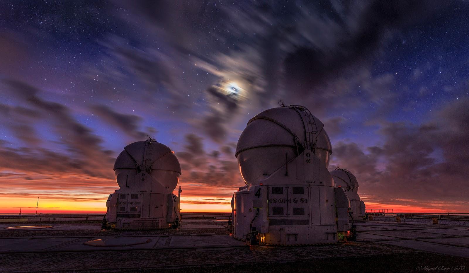 Quầng Mặt Trăng trên bầu trời hoàng hôn ở Paranal. Tác giả : Miguel Claro.
