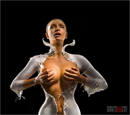 Desnudos de mujeres cubiertos de leche perteneciente a la serie Milk de Andrey Razoomovsky